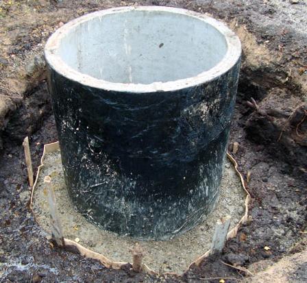 По мере подъема колец к поверхности обрабатывают их внешнюю сторону и обеспечивают заполнение и утрамбовку пространства между кольцом и грунтом