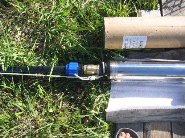Подключаем насос к водоподъемной трубе.