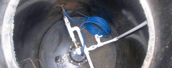 Подключаем водопроводные трубы к скважине.