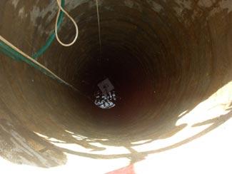 Погружной насос устанавливают прямо в скважину.