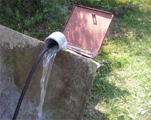 После гидродинамической промывки из скважины идет чистая вода.