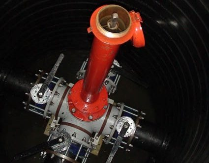 Пожарный гидрант, установленный в колодце