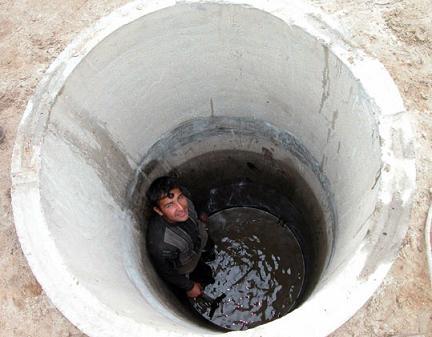Продолжаем копать до появления первой воды.