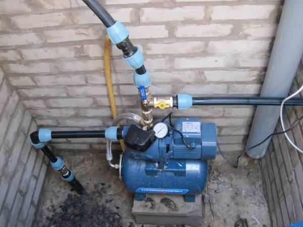 Производим подключение водопроводных труб.