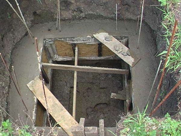 Процесс бетонирования стен