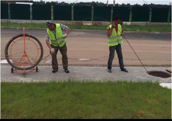 Протяжка телефонного кабеля по канализации через уличный колодец
