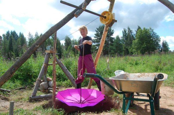 Проветрить шахту колодца можно простым зонтиком на веревке.