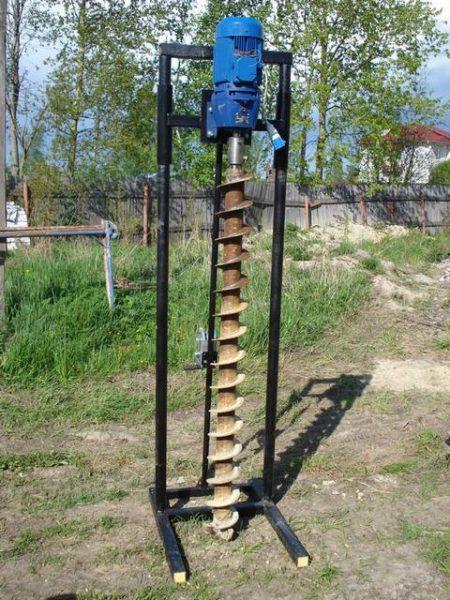 Рельсовая колонна из 2 труб прочно удерживает шнек в вертикальном положении.