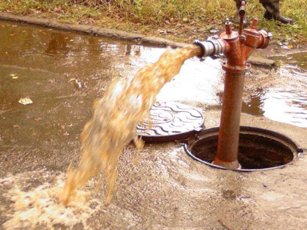 Рыжая вода из скважины - проблема для вашего белья и кожи
