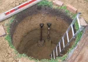 Сначала делают шахту под первое кольцо, а затем проводиться докопка колодца