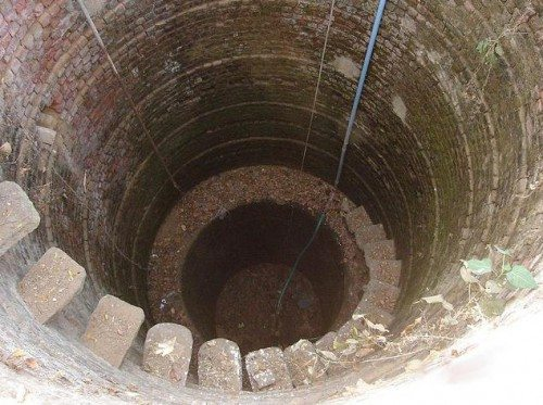 Стенкам этого колодца несколько столетий.