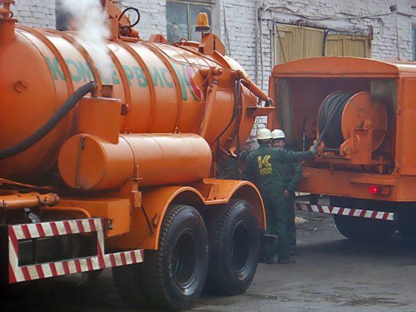 Техника для чистки канализационного колодца