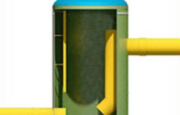 Трубы выводятся в шахту перепадного колодца на разных уровнях.