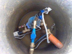 Устье укрепляют бетонным стаканом или обсадной трубой из стали.