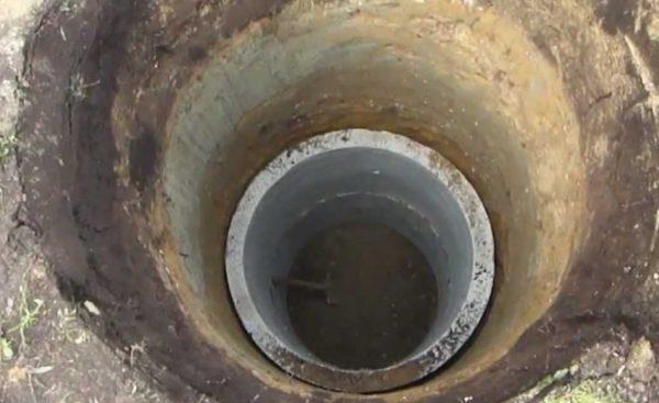 Вручную выкапывать шахту большой глубины — процесс трудоемкий, иногда проще нанять экскаватор или спецтехнику