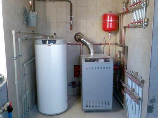 Выполненная система водопровода с использованием колодца, которая включает в себя наличие водонагревателя.