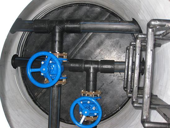 Запорная арматура в колодце водоснабжения.