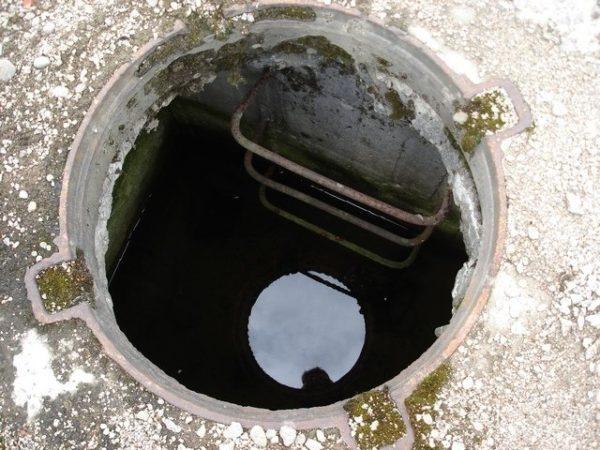 Затопленная шахта смотрового колодца